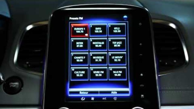 Comment utiliser la commande vocale pour choisir une station de radio?